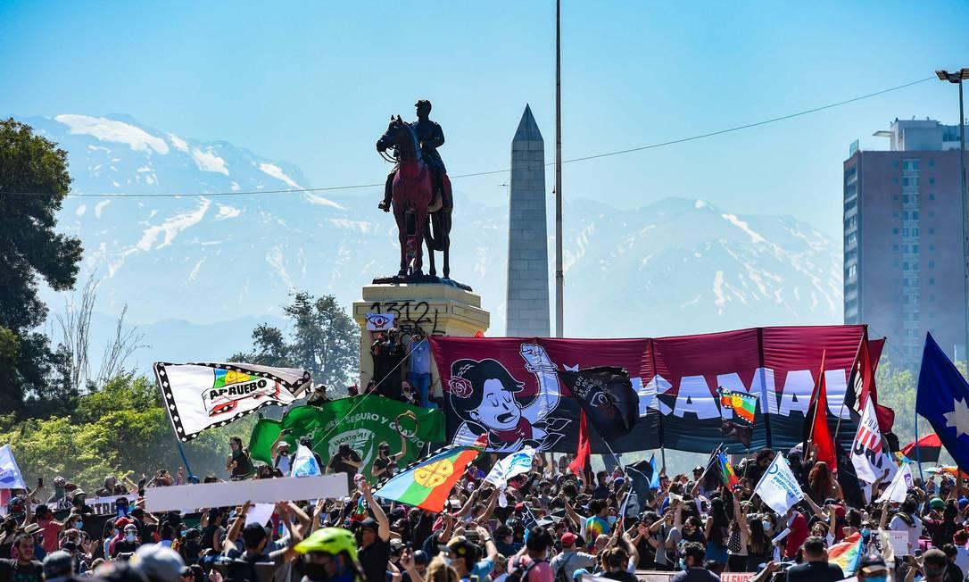 Manifestantes comemoraram primeiro aniversário da revolta social no Chile, em Santiago, enquanto o país se prepara para um referendo histórico Foto: MARTIN BERNETTI / AFP/18-10-2020