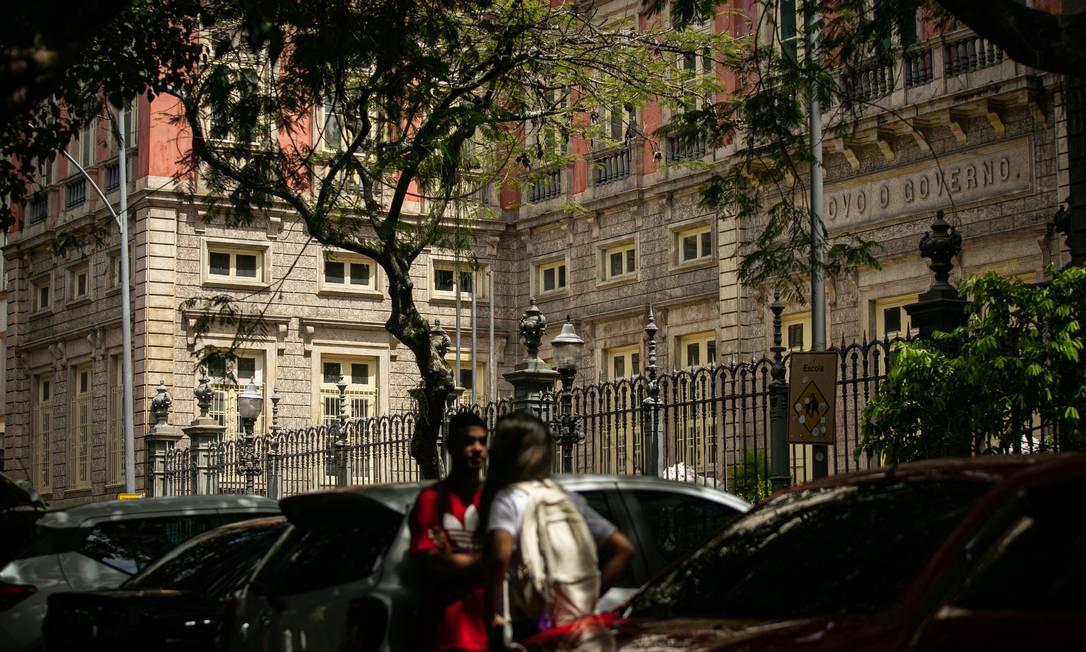Alunos da Escola Estadual Amaro Cavalcantiuma das unidades da rede estadual a abrir as portas nesta segunda-feira Foto: Hermes de Paula / Agência O Globo