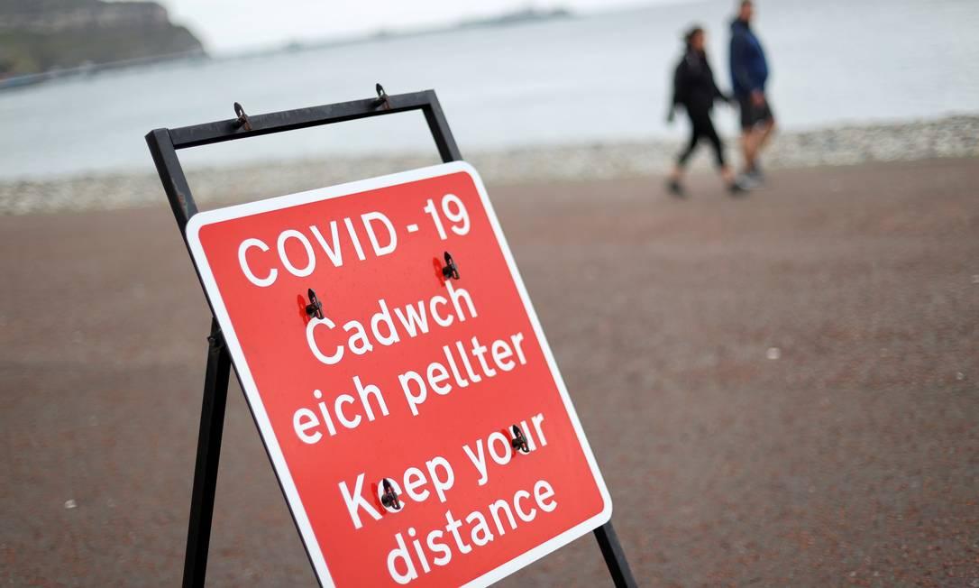 Sinal de distanciamento social é visto à beira-mar em Llandudno, no País de Gales Foto: CARL RECINE / REUTERS/19-10-2020