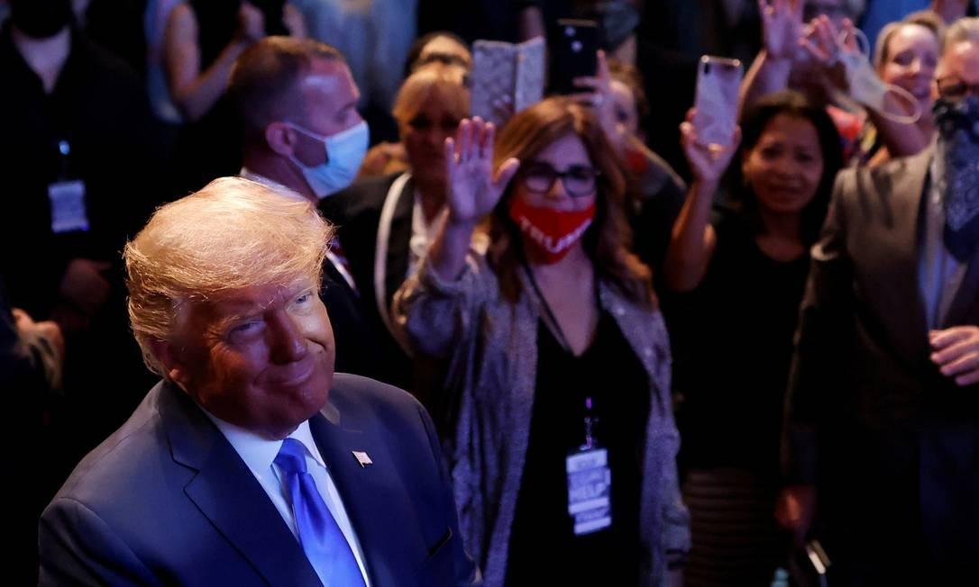 O presidente dos EUA, Donald Trump, participa de um culto religioso na Igreja Internacional de Las Vegas, no estado de Nevada, EUA. O candidato á reeleição pelo Republicano e seu desafiante democrata, Joe Biden, cortejaram eleitores neste domingo nos concorridos estados de Nevada e Carolina do Norte, em meio à aproximação do debate presidencial final, que acontece no final desta semana Foto: CARLOS BARRIÄ / REUTERS