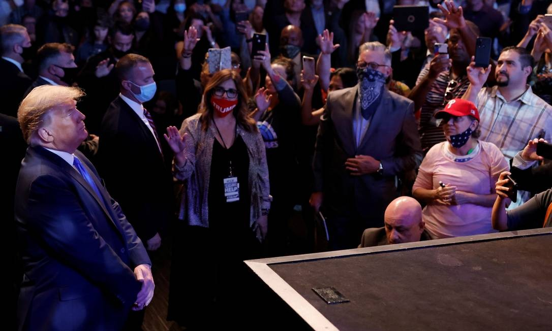 Trump durante culto religioso em uma igreja em Las Vegas. Presidente passou seu domingo em Nevada, onde espera tirar votos dos democratas depois de perder no estado por pouco, em 2016 Foto: CARLOS BARRIÄ / REUTERS