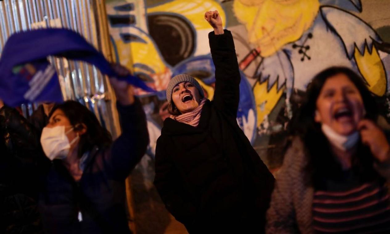 Apoiadores de Arce comemoram durante a eleição presidencial em La Paz, Bolívia Foto: UESLEI MARCELINO / REUTERS