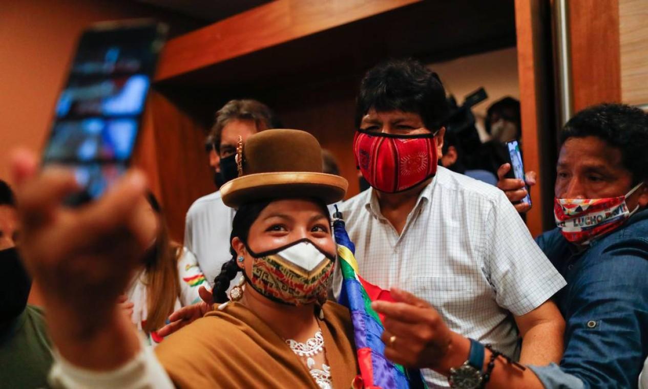O ex-presidente boliviano Evo Morales tira uma selfie com um apoiador após participar de uma coletiva de imprensa, um dia após vitória do candidato de seu partido Foto: AGUSTIN MARCARIAN / REUTERS