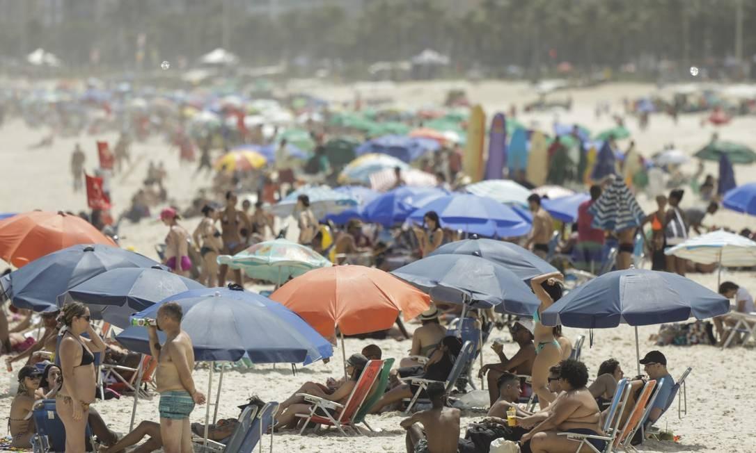 Mais uma vez, fim de semana levou muita gente às praias do Rio, apesar da proibição da permanência na areia Foto: Gabriel de Paiva em 18-10-2020 / Agência O Globo