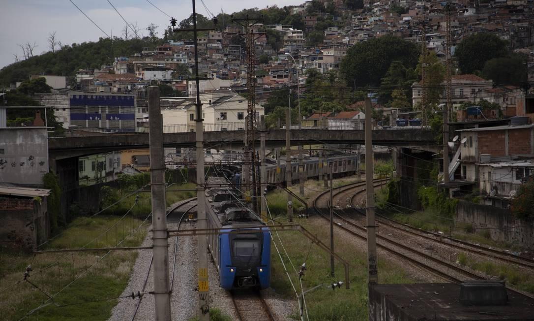 Trem próximo à estação de Triagem, onde, nesta segunda, bandidos sequestraram uma locomotiva de manutenção para fugir da polícia Foto: Gabriel Monteiro / Agência O Globo