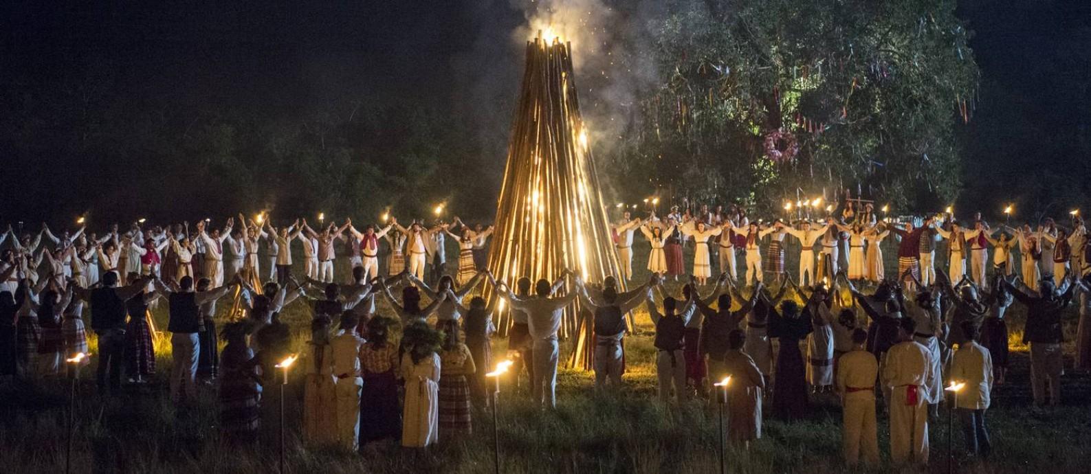 """SC - O drama sobrenatural """"Desalma"""", que estreia nesta quinta no Globoplay, recorre a bruxas e tradições eslavas para retratar a dificuldade do ser humano de aceitar a morte. Na imagem, a festa de Ivana Kupala"""
