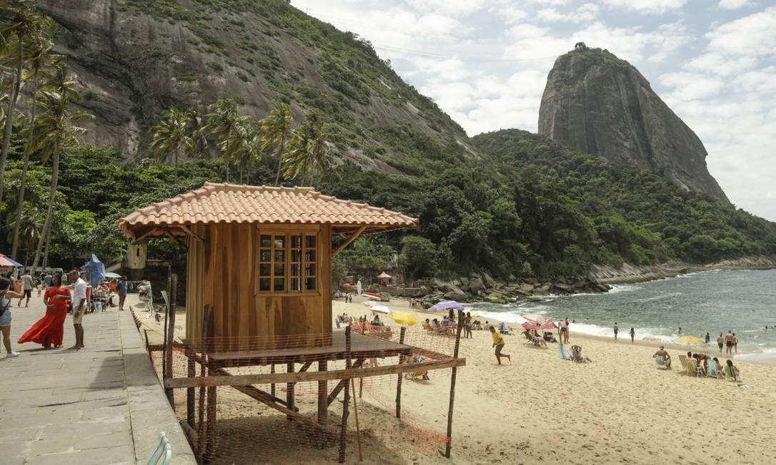 No meio do cartão-postal: a casinha de madeira erguida na Praia Vermelha junto à paisagem do Pão de Açúcar Foto: Gabriel de Paiva / Agência O Globo