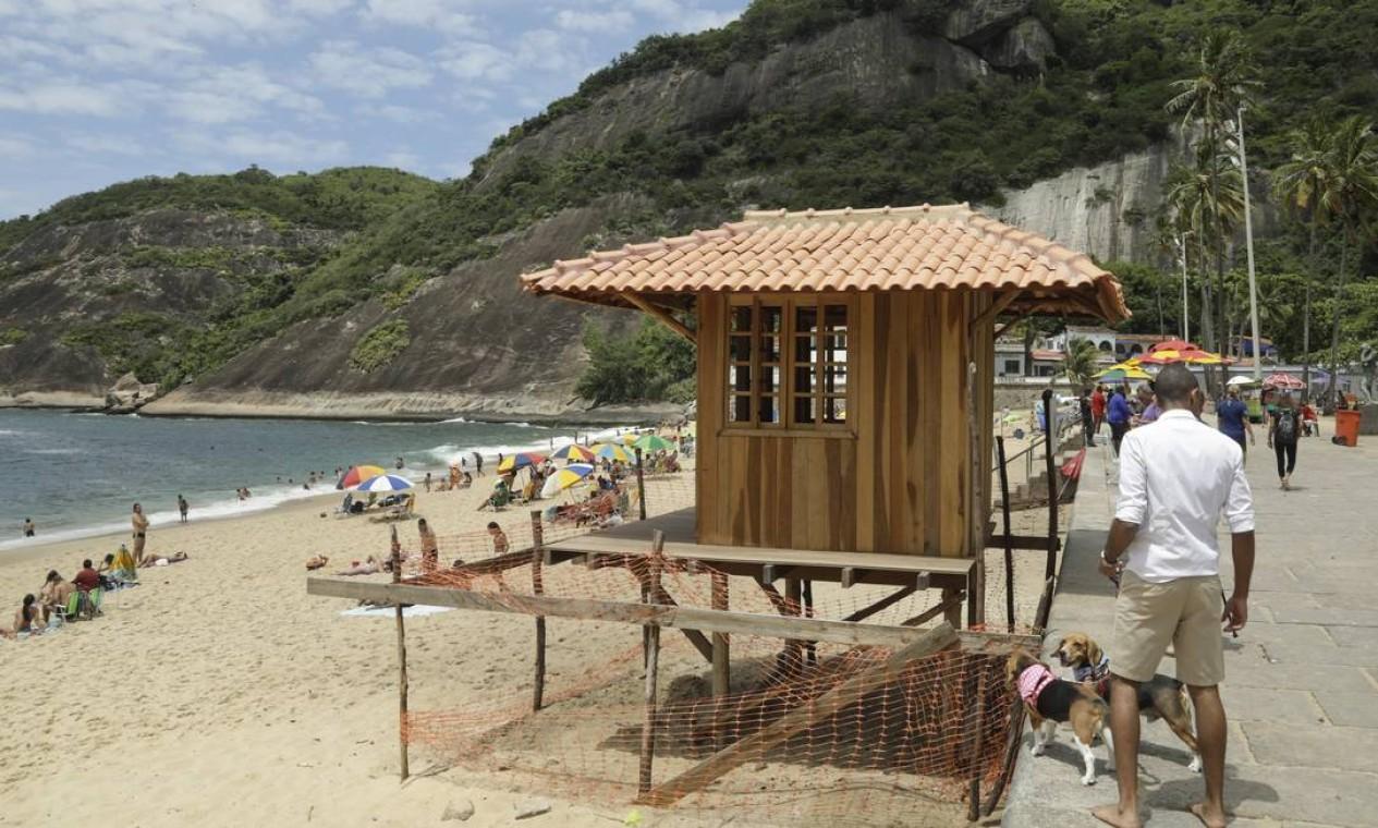 Casinha de madeira, com direito a deque, fincada na areia, garante sombra e visibilidade para salva-vidas Foto: Gabriel de Paiva / Agência O Globo