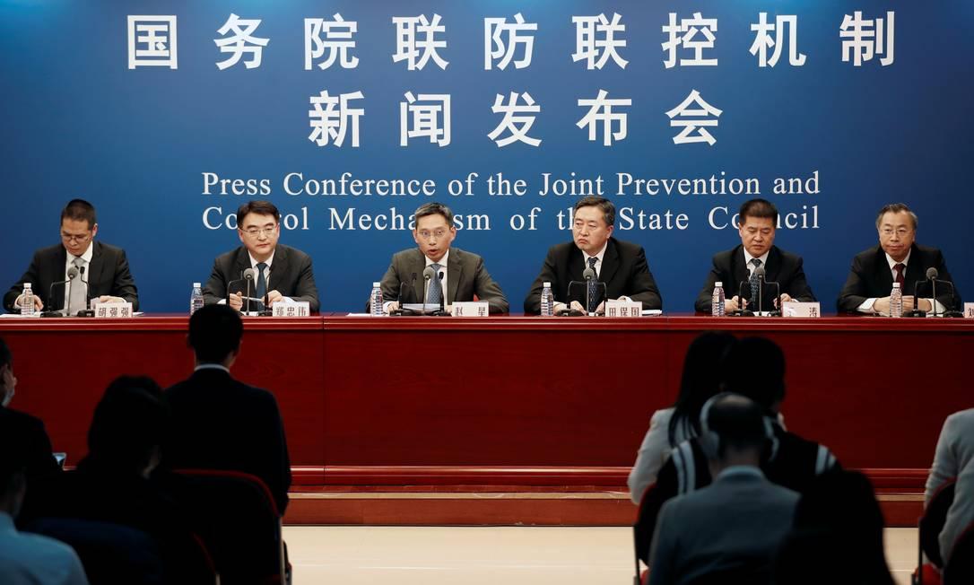 Autoridades do governo da China, incluindo o diretor do Centro de Desenvolvimento para Ciências Médicas da Comissão Nacional de Saúde, Zheng Zhongwei (segundo da esq. para a dir.), em coletiva de imprensa nesta terça-feira (20) na capital, Pequim Foto: CARLOS GARCIA RAWLINS / REUTERS