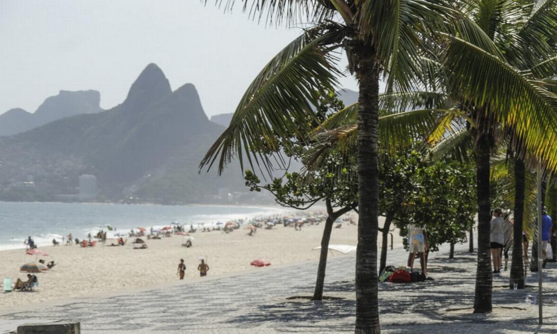 Rio tem tido dias de calor: permanência na areia e ausência das máscaras têm sido rotina na orla Foto: Gabriel de Paiva / Agência O GLOBO