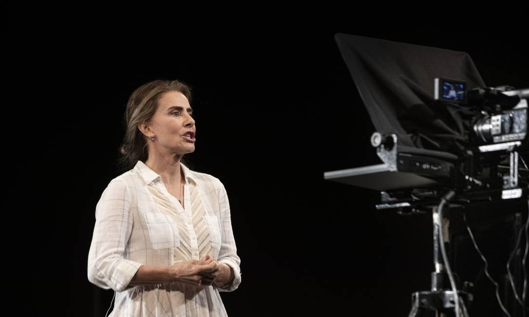 Maitê Proença em cena de 'O pior de mim', espetáculo transmitido pela internet do palco do Teatro Petra Gold, em agosto Foto: Ana Branco / Agência O Globo
