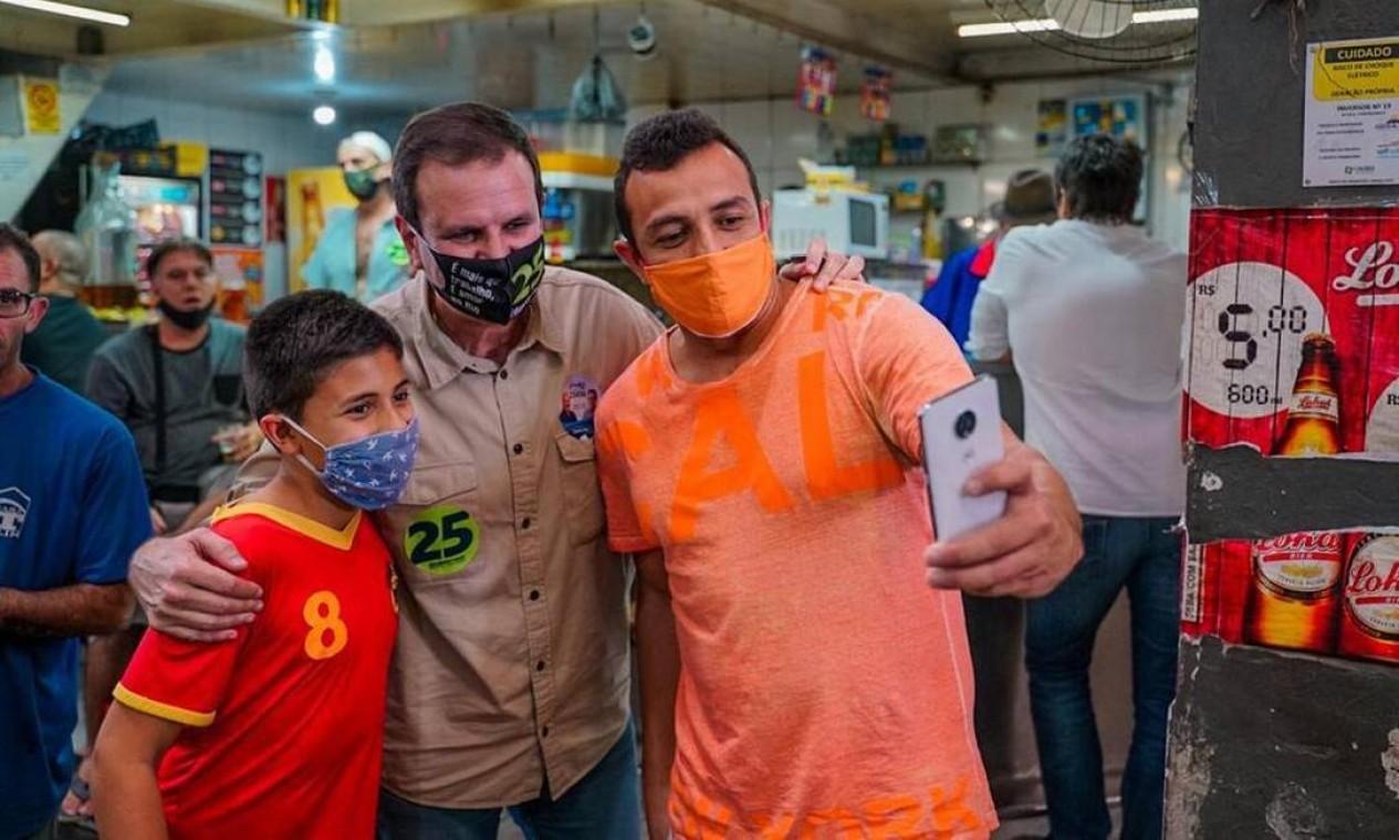 Eduardo Paes (DEM) faz foto com apoiadores durante visita à Cadeg, em Benfica Foto: Reprodução / Redes Sociais - 17/10/2020