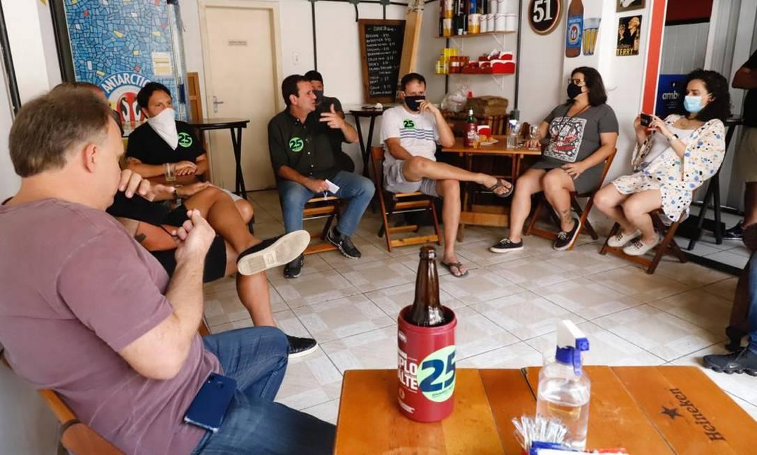 No Dia do Comerciário, o ex-prefeito do Rio Eduardo Paes (DEM) conversou com representantes do setor de beres e restaurantes, na Tijuca Foto: Reprodução / Redes Sociais - 19/10/2020