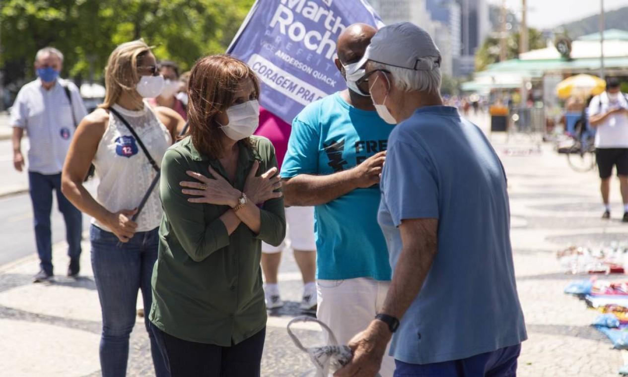 Martha Rocha conversa com apoiadores na orla de Copacabana, no primeiro dia da campanha Foto: Leo Martins / Agência O Globo - 27/09/2020