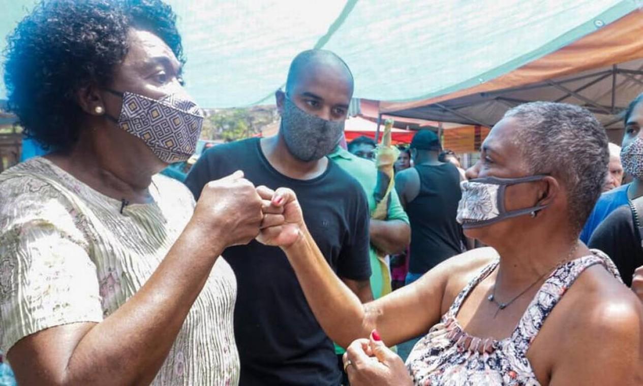 Benedita da Silva (PT) faz corpo a corpo com eleitores em feira na Zona Oeste Foto: Reprodução / Redes Sociais - 18/10/2020