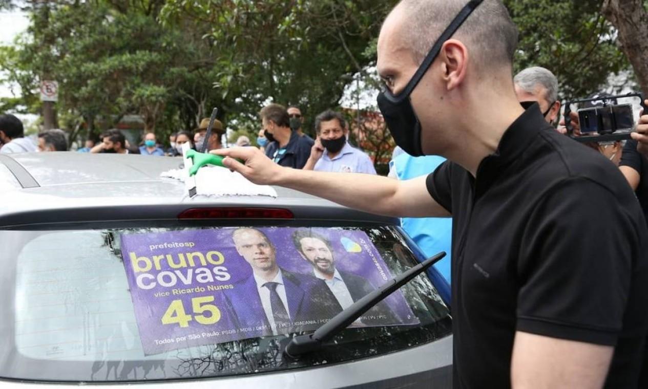 Covas realiza adesivaço na Praça Enzo Ferrari, em Interlagos, na Zona Sul da cidade Foto: Reprodução / Redes Sociais - 18/10/2020