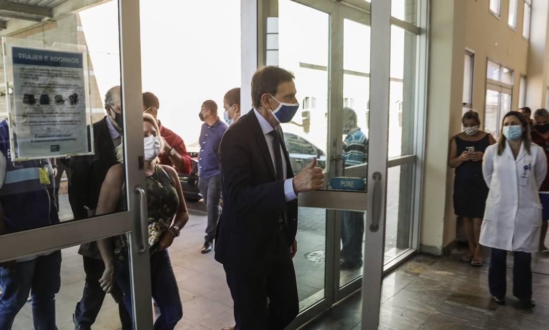 O prefeito Marcelo Crivella faz campanha para a reeleição à prefeitura no Hospital Municipal Ronaldo Gazolla, em Acari Foto: Gabriel de Paiva / Agência O Globo