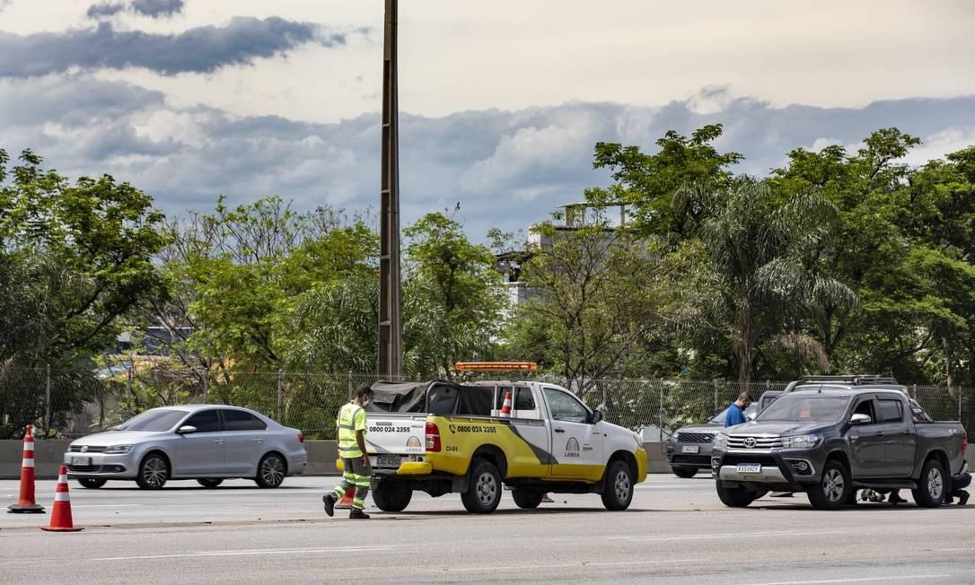 Funcionários da Lamsa ajudam motorista enguiçado: concessionária prestou 890 atendimentos em um mês e meio de encampação, enquanto prefeitura fez 39 Foto: Ana Branco / Agência O Globo