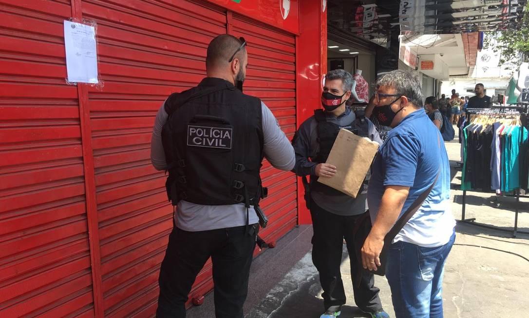 Policial interditou farmácia em Madureira por irregularidades durante operação contra lavagem de dinheiro da milícia Foto: Rafael Nascimento de Souza / Agência O Globo