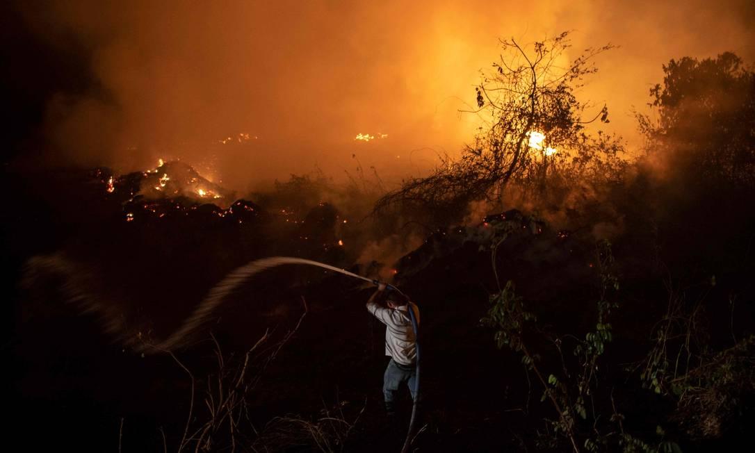 Nesta foto de arquivo tirada em setembro de 2020, um voluntário combate um incêndio no parque da Transpantaneira que corta o Pantanal, no estado de Mato Grosso Foto: MAURO PIMENTEL / AFP
