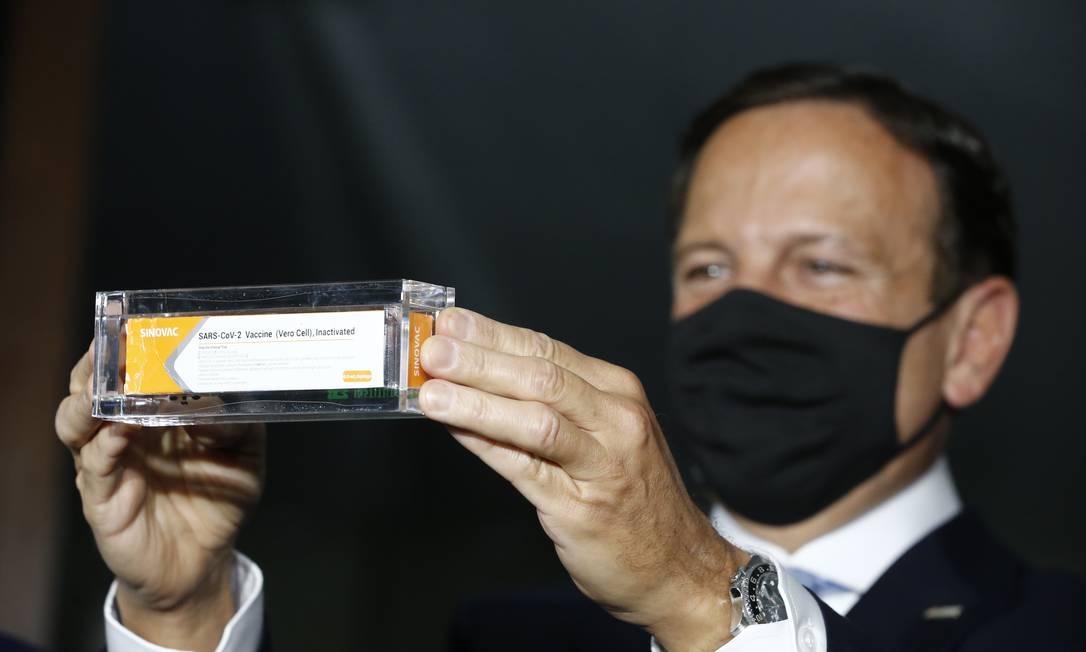 O governador de São Paulo, João Doria, mostra caixa da vacina CoronaVac Foto: Pablo Jacob / Agência O Globo
