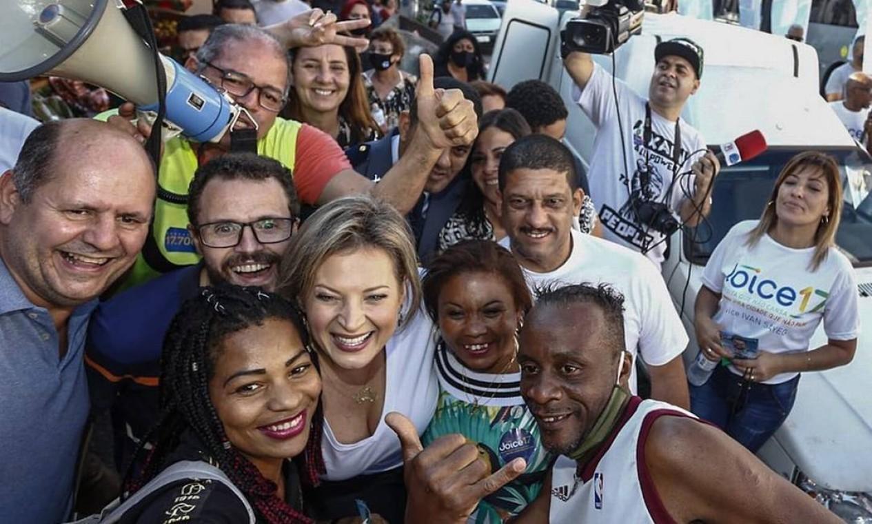 No corpo a corpo com eleitorado, Joice Hasselman (PSL) não usa máscara de proteção, apesar de ser obrigatório em São Paulo Foto: Reprodução / Redes Sociais - 10/10/2020