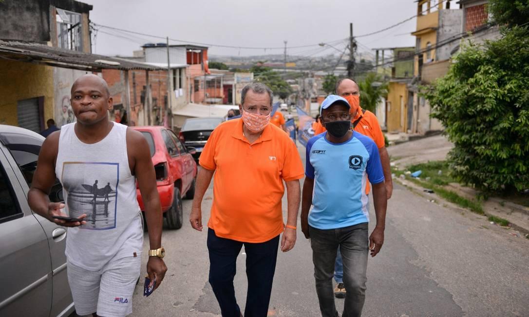 Fred Luz (Novo) caminha com eleitores no Morro do Jorge Turco, em Rocha Miranda, Zona Norte do Rio Foto: Reprodução / Redes Sociais - 04/10/2020