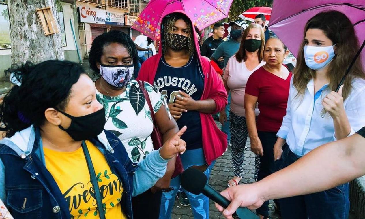 Clarissa Garotinho (Pros) conversa com trabalhadoras na Estação Santa Cruz, do BRT, na Zona Oeste do Rio Foto: Reprodução / Redes Sociais - 08/10/2020