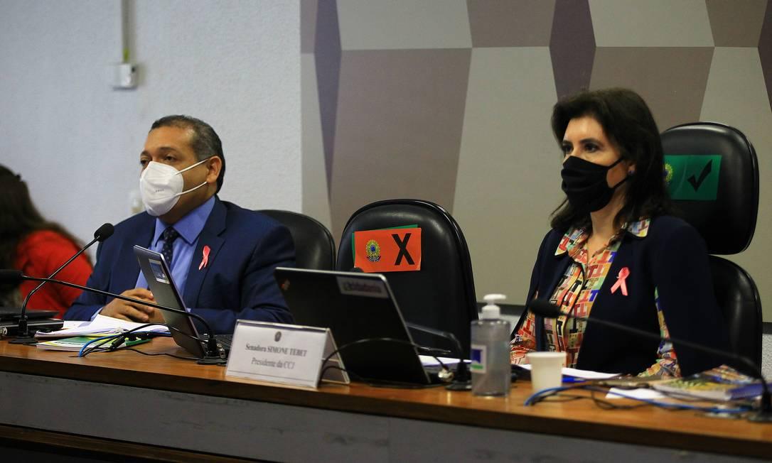 Kassio Marques ao lado da presidente da Comissão de Constituição e Justiça (CCJ), Simone Tebet (MDB-MS) Foto: Jorge William / Agência O Globo