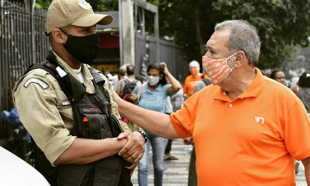 Fred Luz cumprimenta guarda durante caminhada na Central do Brasil, no último sábado Foto: Reprodução / Redes Sociais - 17/10/2020