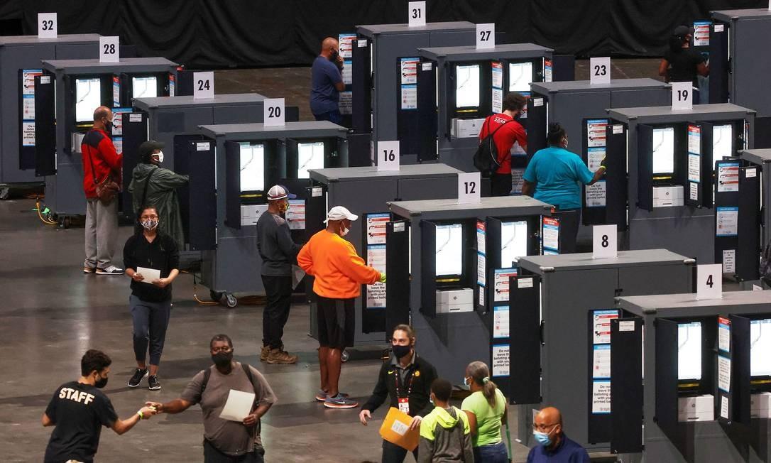 Pessoas votam antecipadamente dentro do The Atlanta Hawks 'State Farm Arena, em Atlanta, Geórgia. Eleição nos EUA já tem mais de 41 milhões de votos antecipados Foto: CHRISTOPHER ALUKA BERRY / REUTERS - 12/10/2020