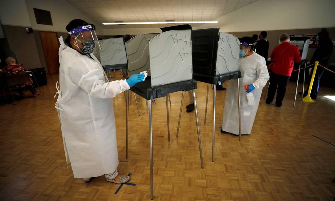 Funcionários da pesquisa eleitoral higienizam cabines de votação em Durham, Carolina do Norte Foto: JONATHAN DRAKE / REUTERS - 15/10/2020