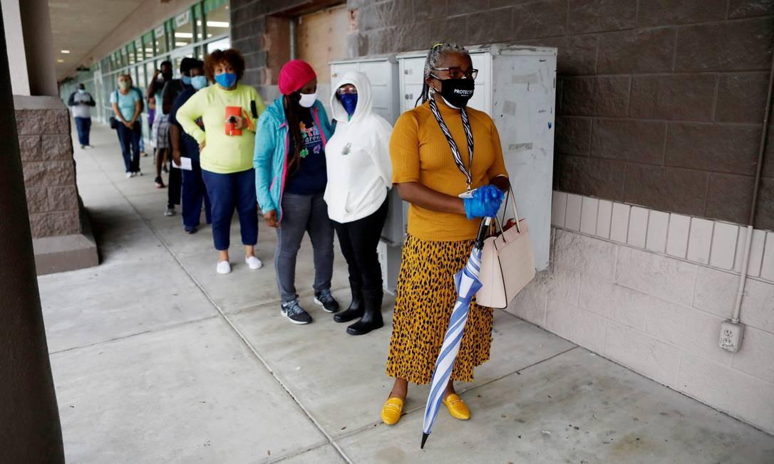 Eleitores aguardam em fila para votação antecipada na Biblioteca Hiawassee, em Orlando. Muitos americanos optaram por evitar possíveis aglomerações no dia das eleições, 3 de novembro Foto: OCTAVIO JONES / REUTERS - 19/10/2020