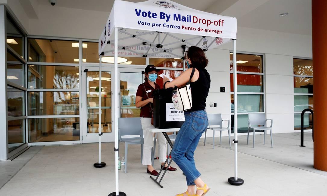Uma eleitora se prepara para votar pelo correio em East Tampa, Flórida Foto: Octavio Jones / REUTERS - 16/10/2020