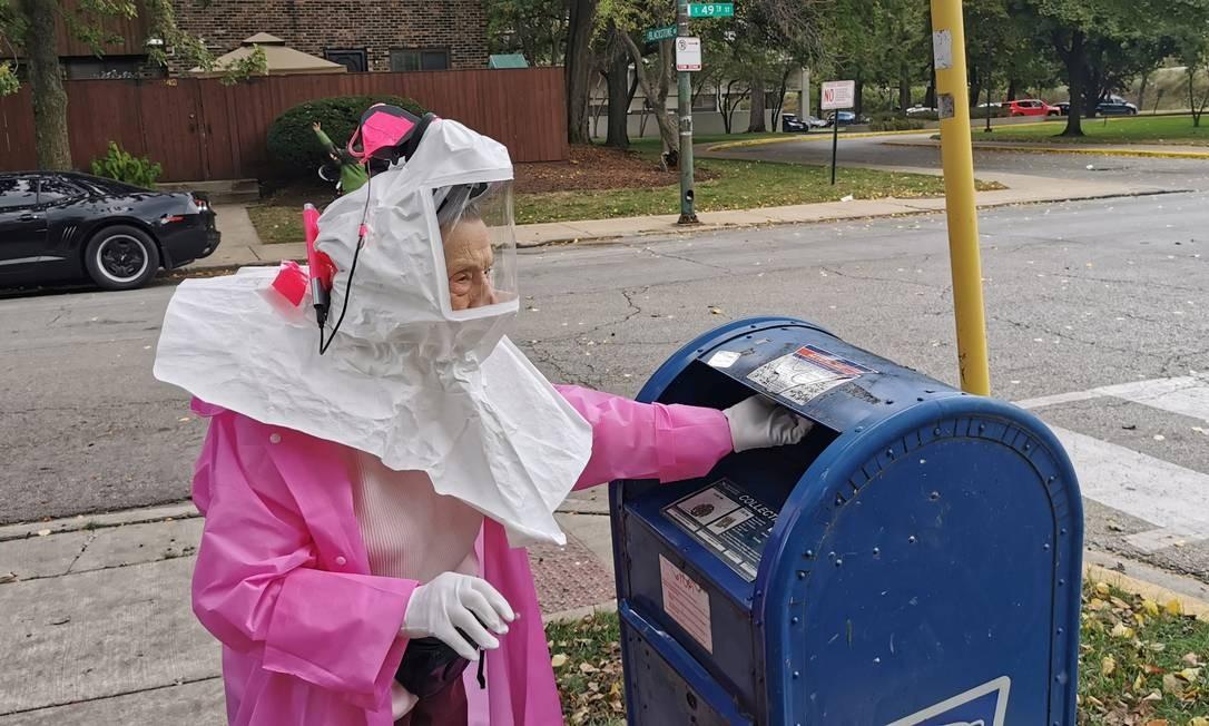 Beatrice Lumpkin, ex-professora de 102 anos, deposita seu voto pelo correio em Chicago Foto: SOREN KYALE - CHICAGO TEACHERS U / via REUTERS 01/10/2020