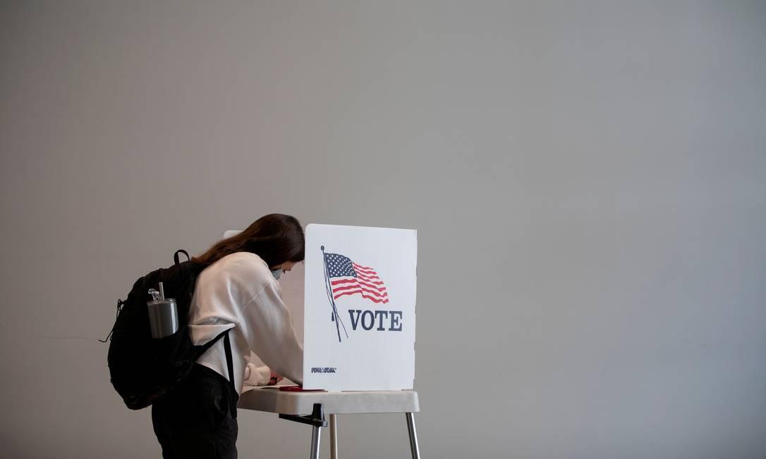 Um mulher vota em Ann Arbor, Michigan. Número dos que votaram cedo mais do que dobrou de 2004 para 2016, indo de 24,9 milhões para 57,2 milhões. Neste ano, já passa de 40 milhões os americanos que já votaram para decidir quem ocupará a Casa Branca pelos próximos quatro anos Foto: EMILY ELCONIN / REUTERS 24/09/2020