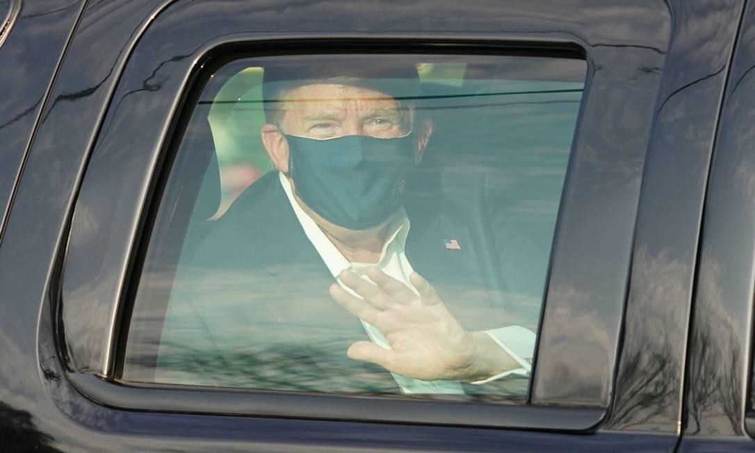 Trump acena para apoiadores, ao fazer um passeio de carro no entorno do hospital onde está internado Foto: Alex Edelman / AFP - 04/10/2020