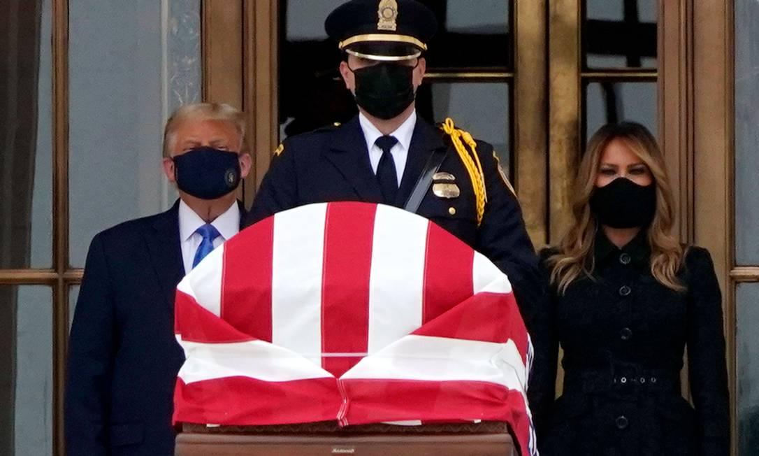 Numa rara aparição pública com máscara, o presidente Trump, ao lado da mulher, Melania, comparece ao velório da juíza progressista Ruth Bader Ginsburg. Trump foi vaiado por admiradores da magistrada Foto: ALEX EDELMAN / AFP - 24/09/2020