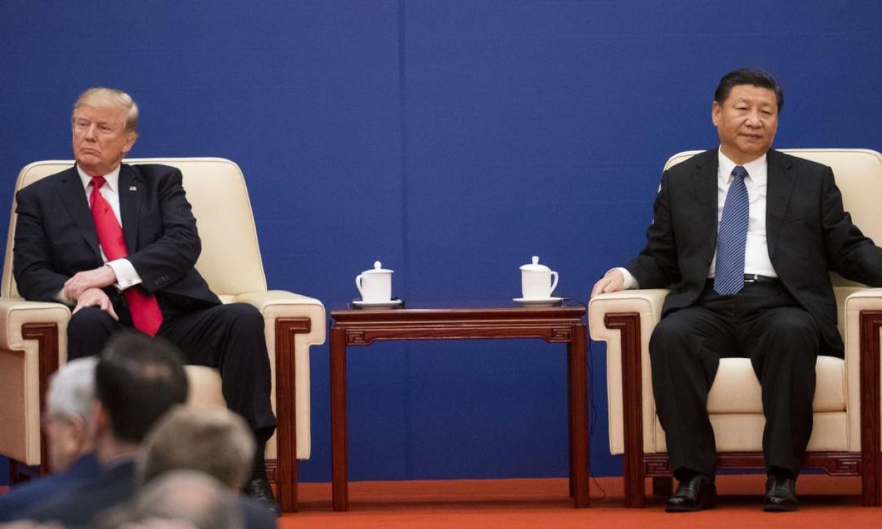 Os presidentes dos EUA, Donald Trump, e da China, Xi Jinping, numa reunião de cúpula em Pequim em 2017. Rivalidade crescente entre os países Foto: DOUG MILLS / NYT - 09/11/2017