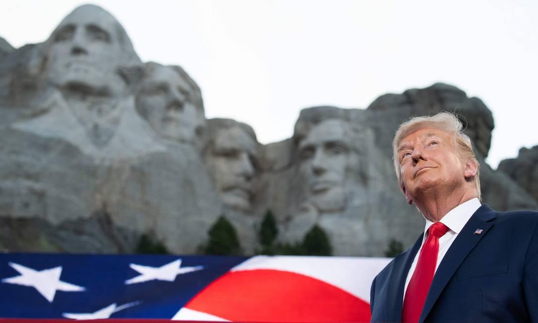 Trump abre as comemorações pelo Dia da Independência dos EUA no Memorial Nacional do Monte Rushmore, em Keystone, Dakota do Sul, onde estão esculpidos os rostos de quatro de seus antecessores históricos: George Washington, Thomas Jefferson, Theodore Roosevelt e Abraham Lincoln Foto: SAUL LOEB / AFP - 03/07/2020