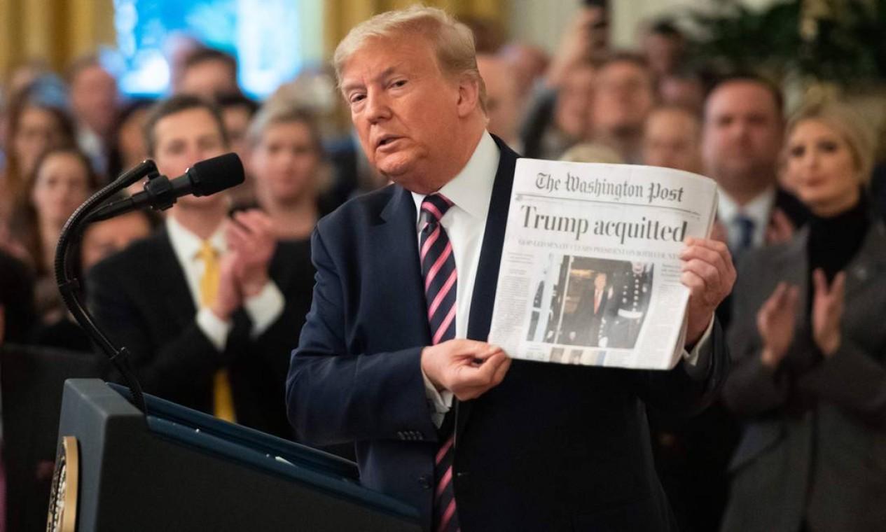 Trump mostra a primeira página do Washington Post, com o resultado de sua absolvição no processo de impeachment no Senado Foto: SAUL LOEB / AFP - 06/02/2020