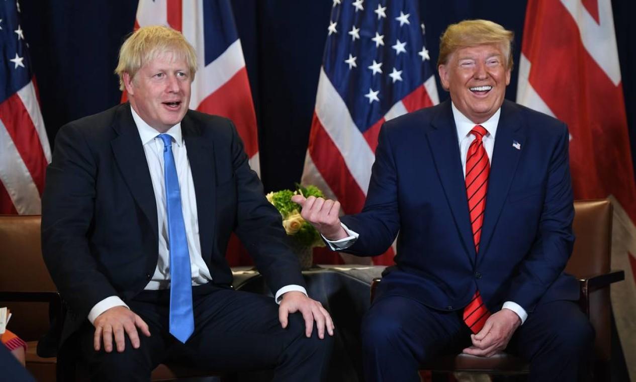 O primeiro-ministro britânico, Boris Johnson, e Trump em encontro durante a Assembleia Geral da ONU, em Nova York Foto: SAUL LOEB / AFP - 24/09/2019