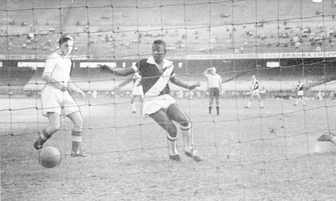 Pelé, com a camisa do Vasco, enfrenta Dínamo de Zagreb no Maracanã; partida terminou em 1 a 1 Foto: Arquivo O Globo / Agência O Globo