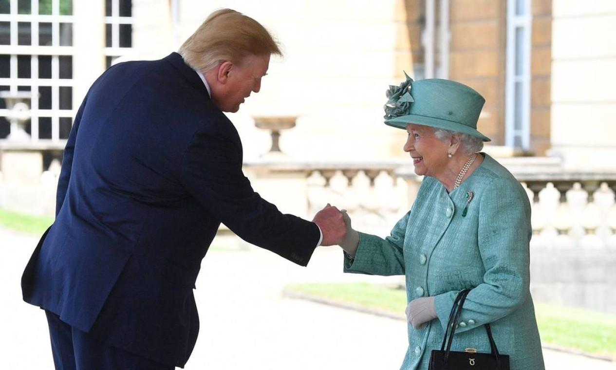 """Em visita oficial à Inglaterra, o presidente Donald Trump, recebido pela rainha Elizabeth II no Palácio de Buckingham, chamou de """"fracassado"""" o prefeito de Londres, Sadiq Khan, que o criticou. Ele já havia sugerido, na véspera, que o país saia sem acordo e dê calote na União Europeia Foto: Victoria Jones / AFP - 03/06/2019"""
