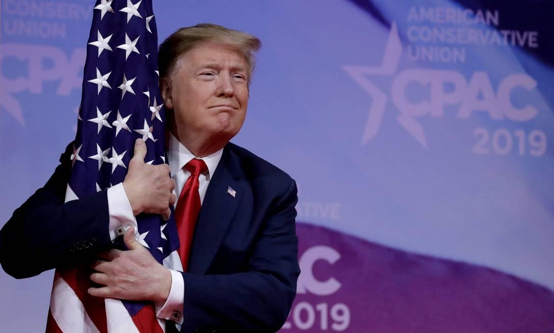 Trump abraça a bandeira americana durante evento conservador Foto: Yuri Gripas / Reuters - 02/03/2019