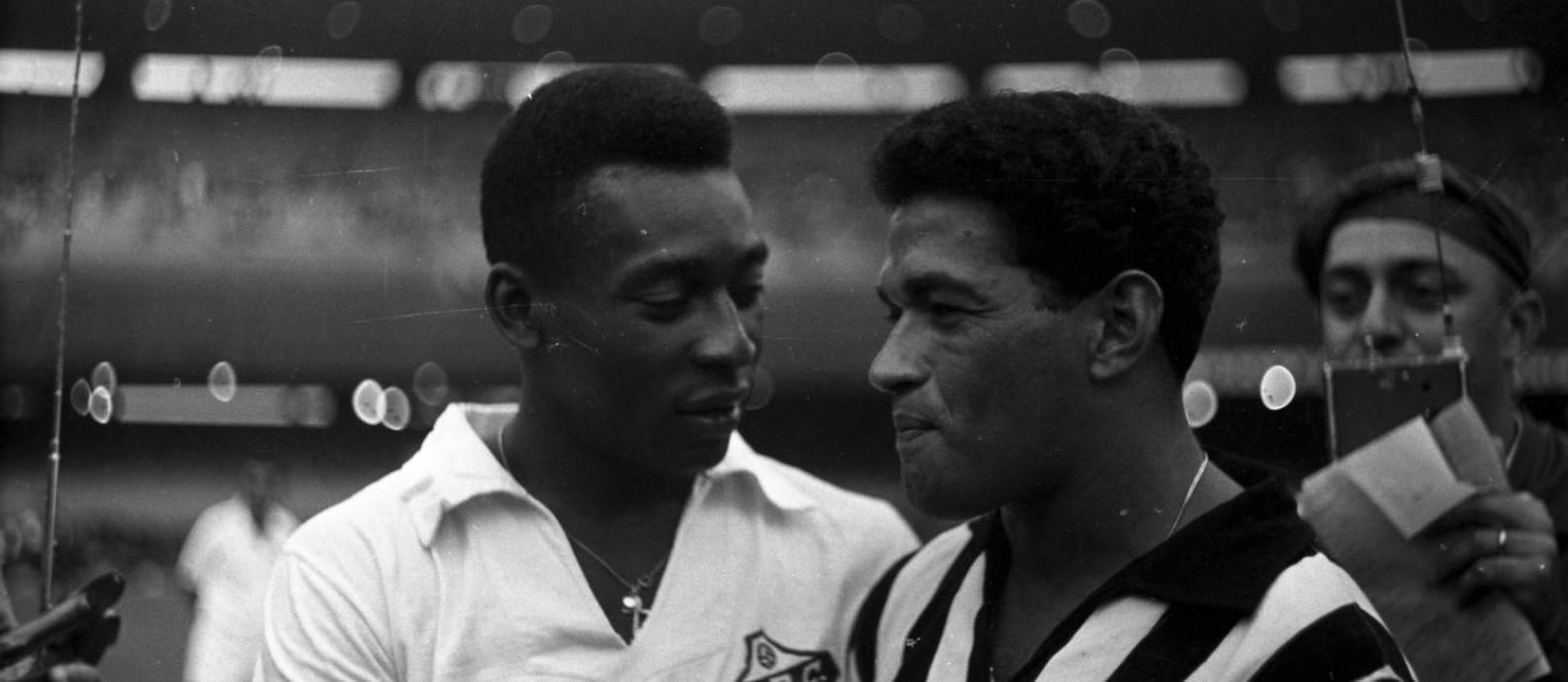 Pelé e Garrincha, em 1965, durante partida do torneio Rio-São Paulo, no Maracanã Foto: Arquivo/Agência O Globo