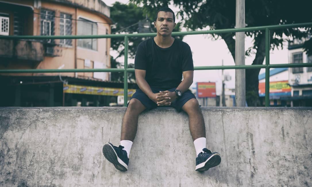 Paulo Ilarindo é recém-formado, mas não consegue encontrar uma vaga. Ele tem enviado até 30 currículos por dia Foto: Luiza Moraes / Agência O Globo