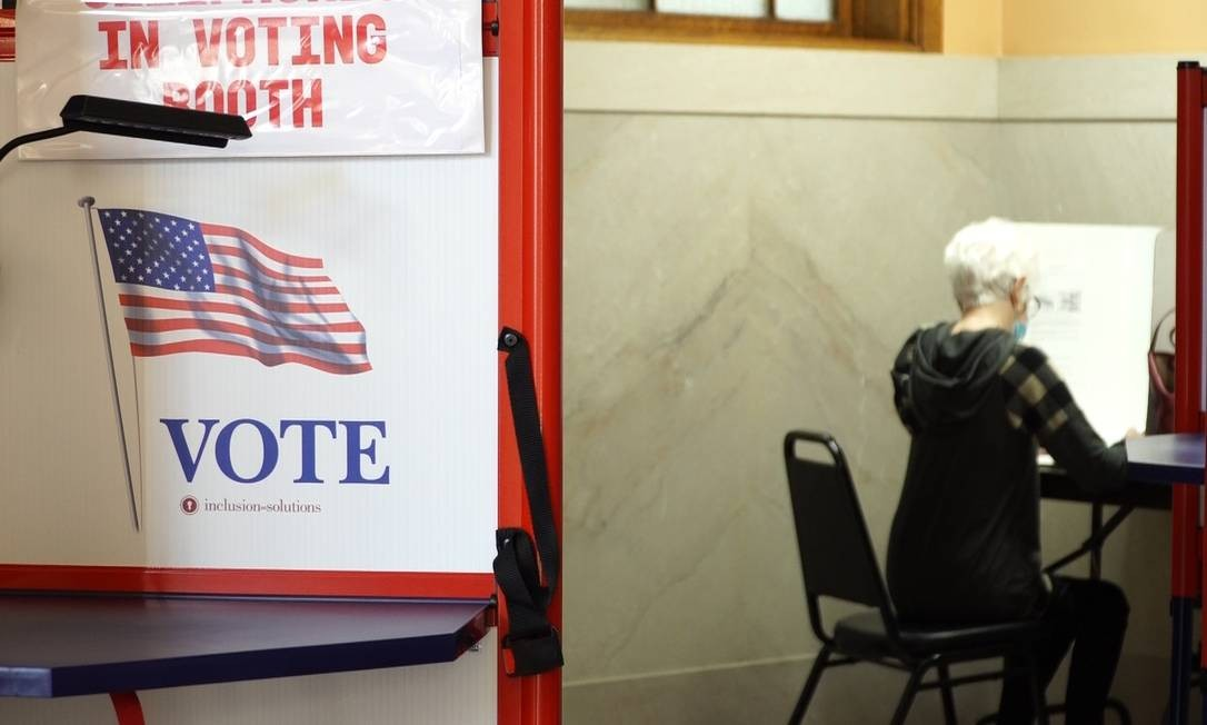 Eleitora vota antecipadamente em Iowa; segundo a área de inteligência dos EUA, iranianos e russos tentaram obter dados sobre as pessoas habilitadas a votar Foto: ELEONORE SENS / AFP
