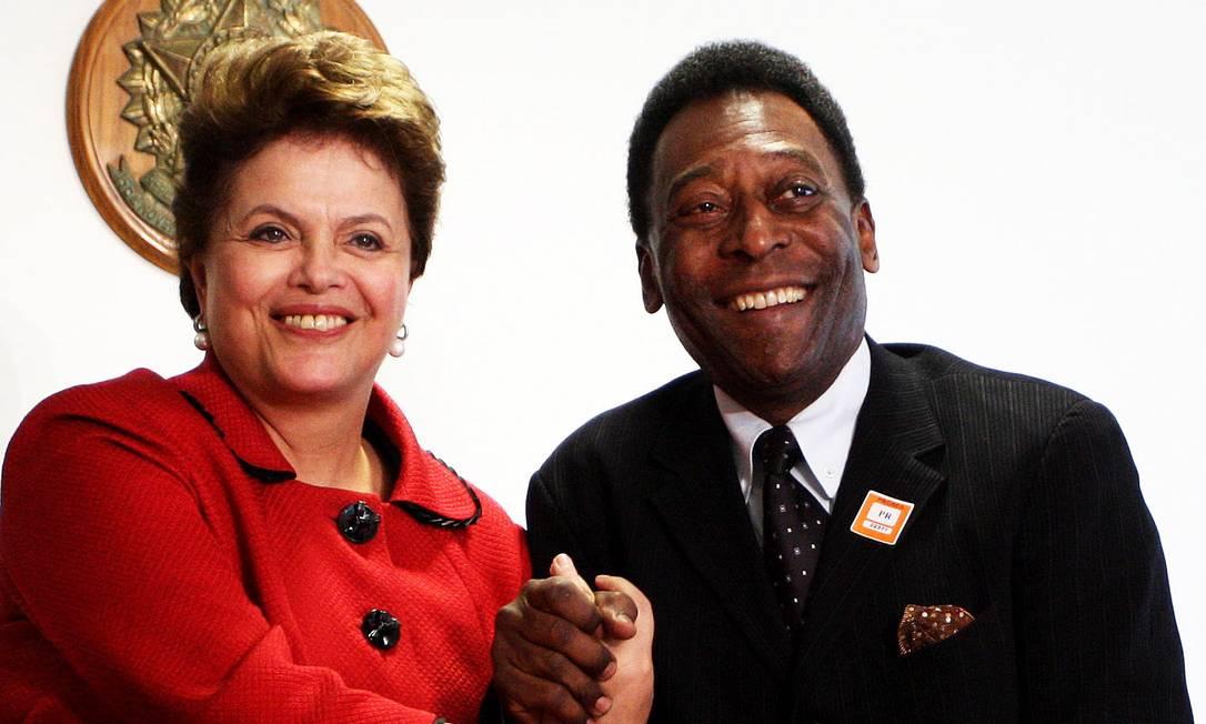 Presidenta Dilma Rousseff recebe Edson Arantes do Nascimento. o Pelé, no Palácio do Planalto, em Brasilia Foto: Ailton de Freitas / Agência O Globo - 26/07/2011