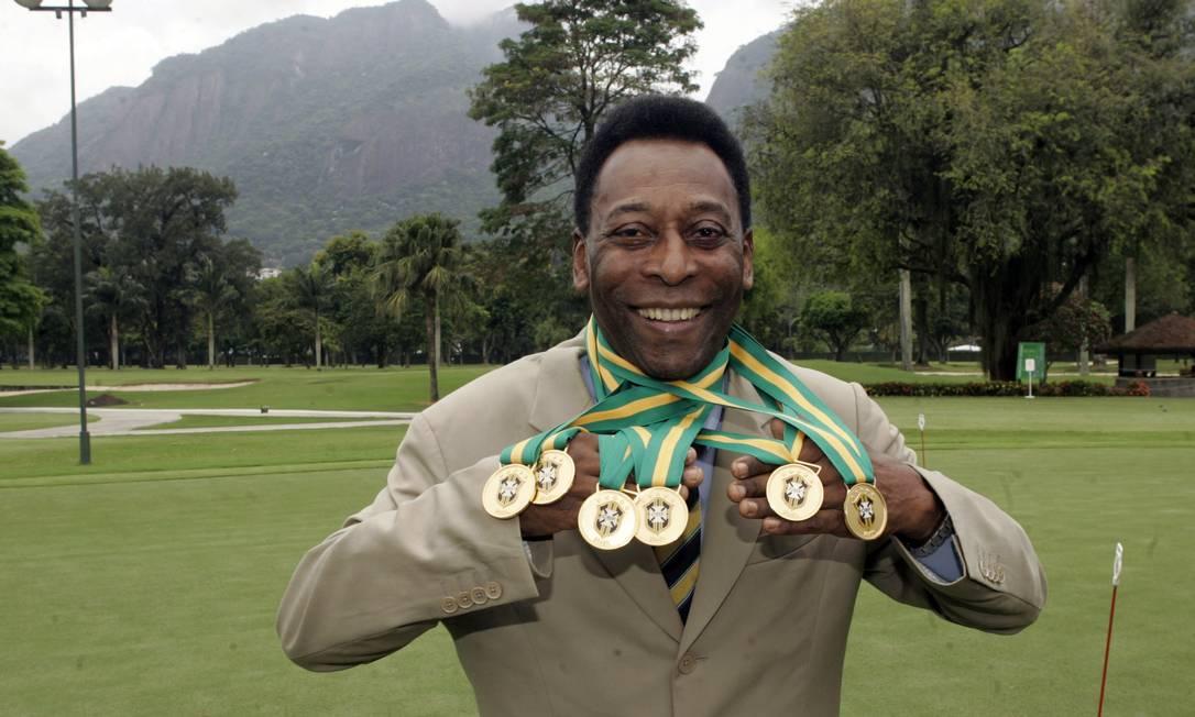 Pelé comemora o reconhecimento de 6 títulos nacionais que ganhou como jogador do Santos Futebol Clube, durante cerimônia no Itanhangá Golfe Clube, na zona oeste do Rio de Janeiro Foto: Paulo Vitor / Agência Estado